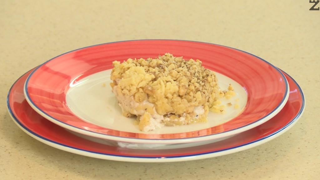 В средата на слабо загрята фурна до 150С сладкиша се пече за 25-30 минути Изважда се охлажда и нарязва на парчета.