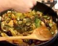 Добавяме към запечената плакия нарязани кисели краставички и маслини. Поръсваме със сух копър и тарос. Запичаме ястието още 20-30 мин. на 180-200 градуса.