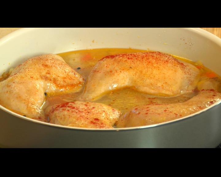 Поръсват се с червен пипер и се пекат 40 минути на 150 С в най-ниската част на фурната.