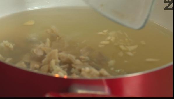 В чиста тенджера се слага бульона, нарязаното шкембе и счукан чесън. Вари се пет минути.