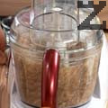 Смиламе овесени ядки с какао, фурми и портокалов сок. Разпределяме в купички за сервиране.