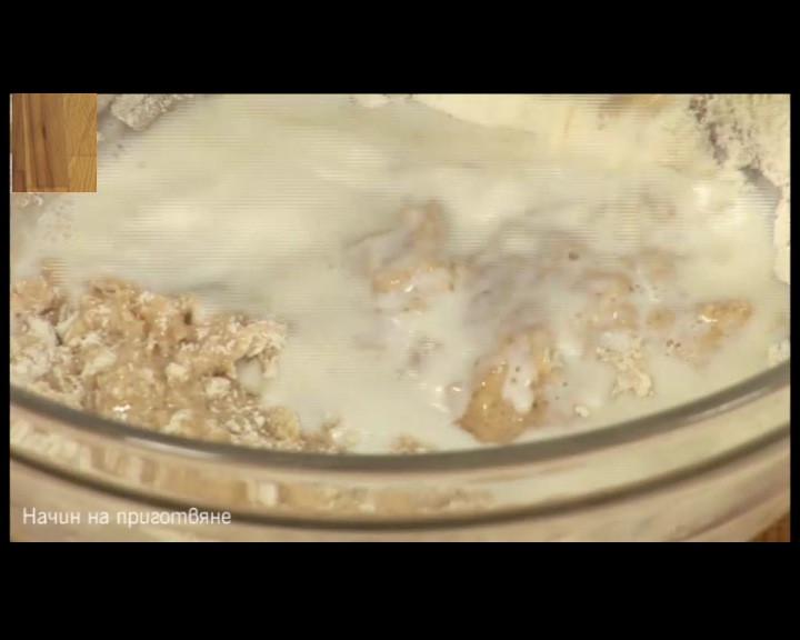 Поръсва се с 2 с.л. брашно и се наливат 50 мл затоплено прясно мляко с температура до 36С.