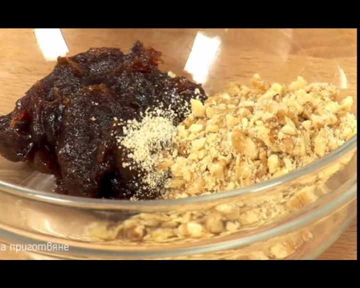 В купичка се смесва мармалад, счукани орехи и галета и разбъркват.