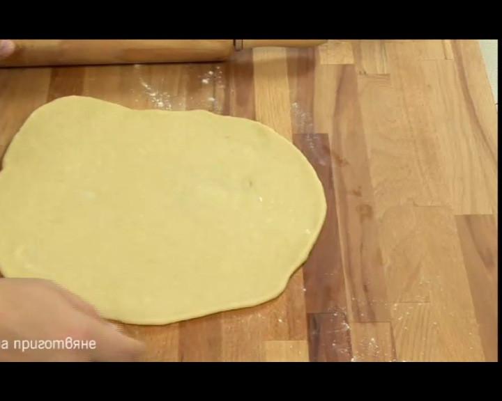 Втасалото тесто се разделя на 3 топки. Всяка се разточва на кръг.