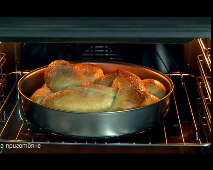 Козунака се пече в най-ниската част на предварително затоплена фурна до 170 С за 50-60 мин. След като се изпече се изважда от тавата за да изстине. Най-добре е да се постави на решетка.