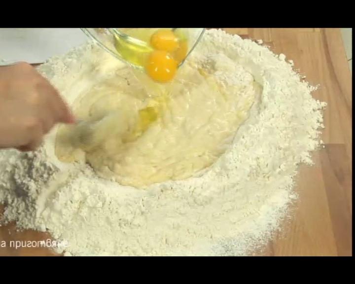Едно след друго се добавят яйцата, леко се разбиват с вилица и се налива млякото, следвано от олио и разтопеното масло.