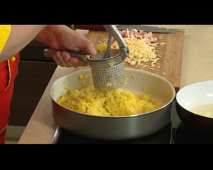 Картофите се обелват топли и смачкват на пюре. Посолява се.