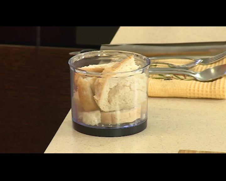 Хляба се мели на едри трохи с чопър.