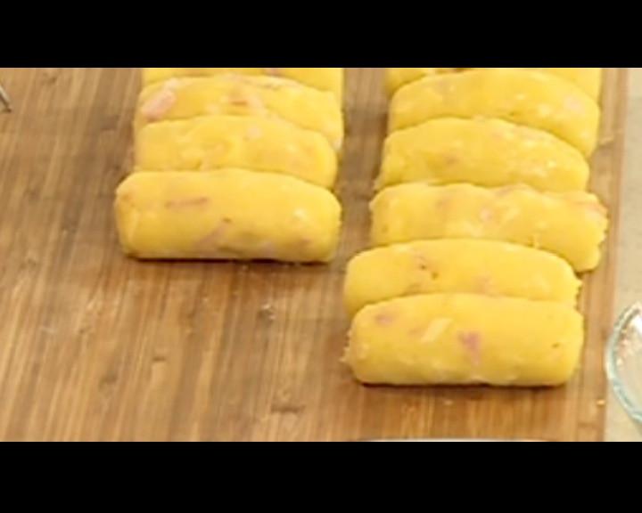 Счупва се едно яйце и се омесват всички продукти. Оформят се крокети.