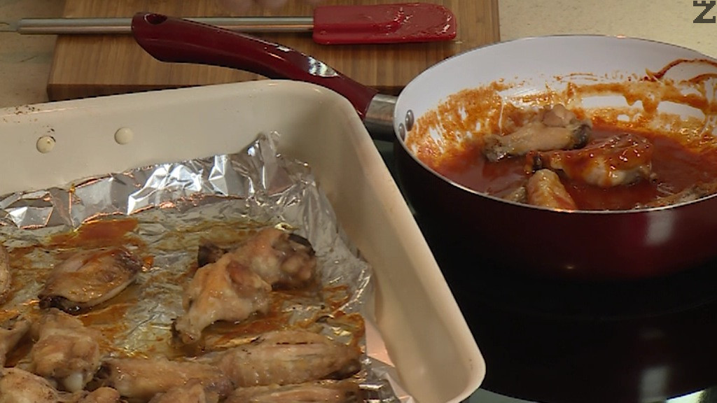 Крилцата след като се изпекат се потапят в соса с масло и мед. Прехвърлят се в чиния за сервиране.