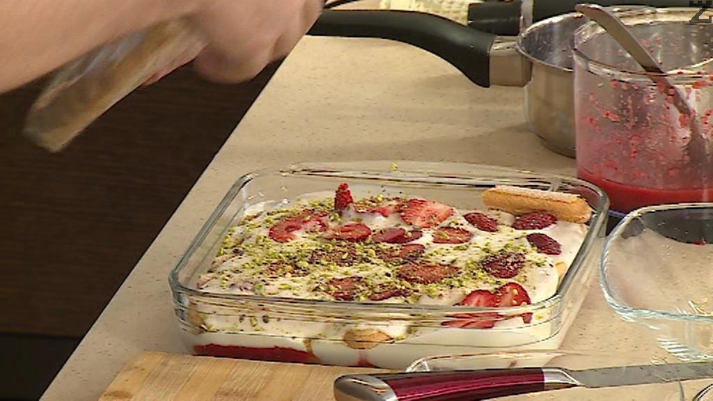 Покриват се с бишкоти и нанася половината крем, редят се останалите нарязани на филии ягоди поръсват се с половината шам фастък.