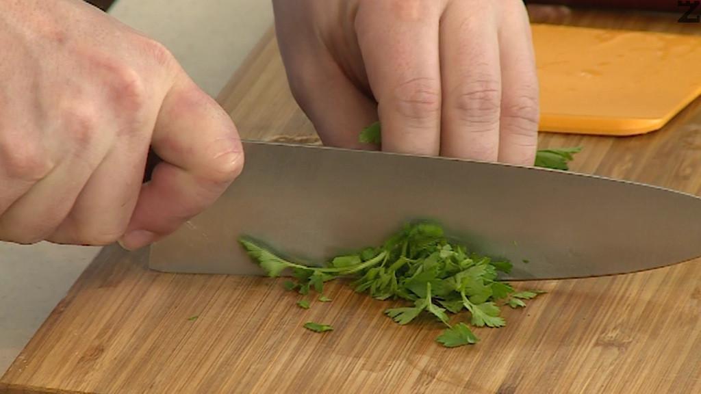 Магданоза се наситнява, домата се почиства от семето и нарязва на дребни кубчета, краставицата се обелва и реже на дребни кубчета.