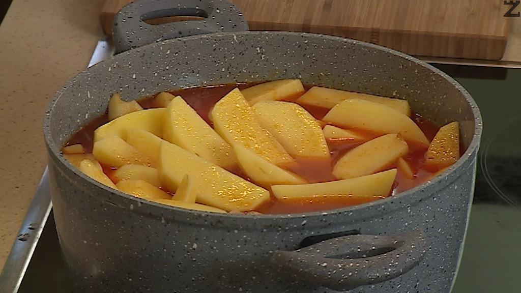Посолява се. Обелените картофи се режат на осминки и слагат при омекналото месо. На тих огън се варят 20 минути.