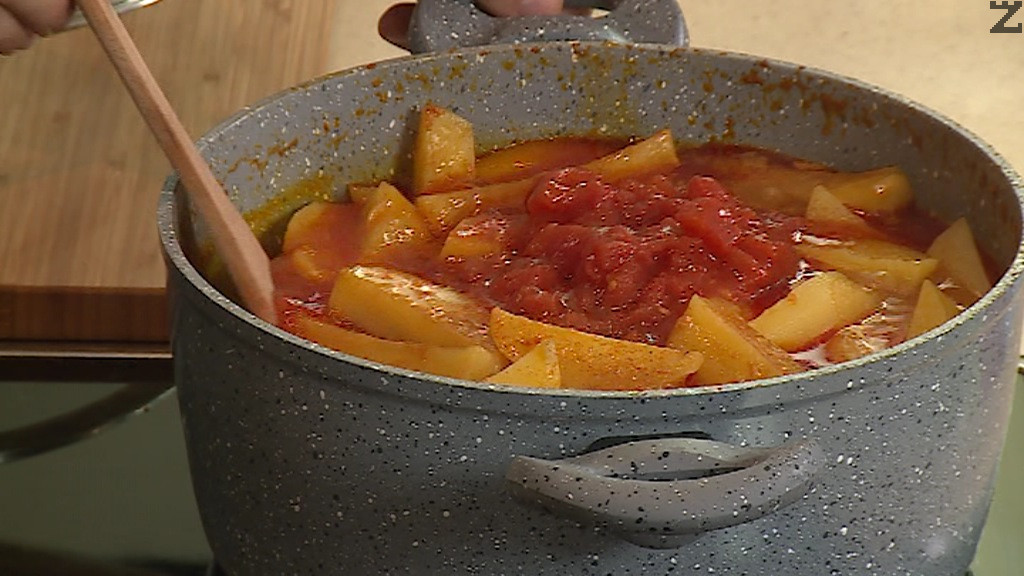 Доматеното пюре се слага заедно с накълцани на дребно домати в ястието заедно с чубрица и се варят 10 минути на тих огън.