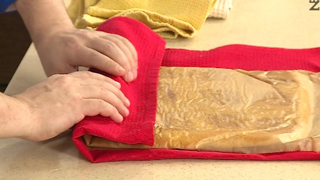 След като платката се изпече, се обръща върху хартия за печене поставена на чиста кърпа. Завива се на руло, заедно с кърпата. Така платката се оставя да изстине напълно.