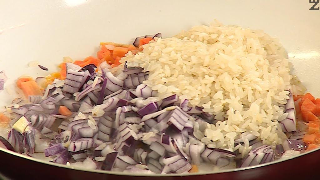 Лука и моркова се режат на ситно и запържват в олио за минута, добавя се ориз и пържи докато стане стъклен за около минута.
