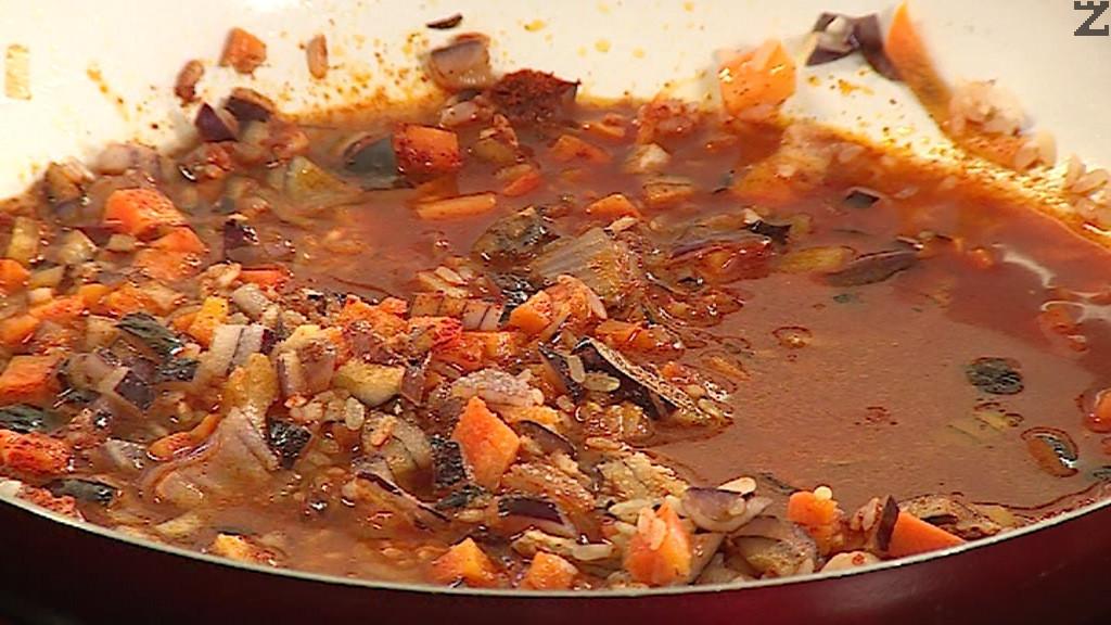 Тогава се подправя с червен пипер, сол и налива 100 мл гореща вода. Слагат се домати и се оставя да се изпари водата.