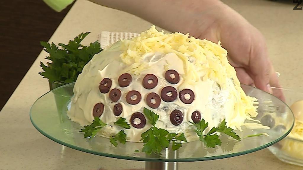 Декорира се с нарязани на колелца маслини, настърган кашкавал, ивици от сварения морков, клонки магданоз и се поръсва с настъргано яйце.