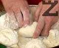 Разтваряме ½ кубче мая в една чаша хладка вода. Омесваме тесто от брашно, разтворената мая и сол. Разделяме тестото на 4 питки и доомесваме.