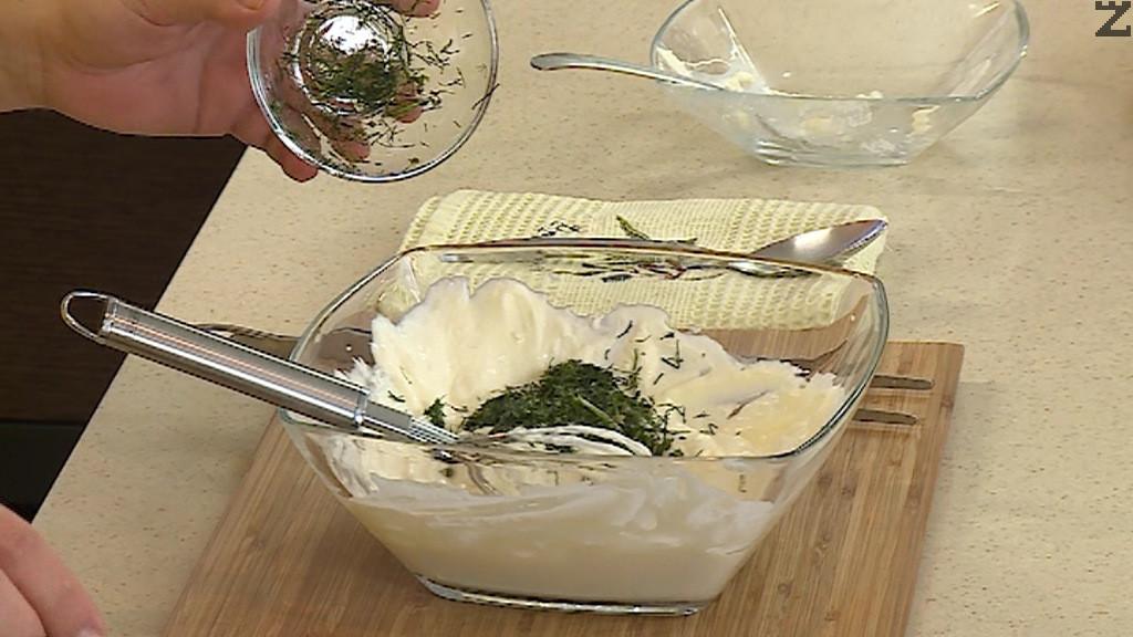В купа се смесва кисело мляко и сирене крема заедно с чесън и копър. Хубаво се разбива с тел.
