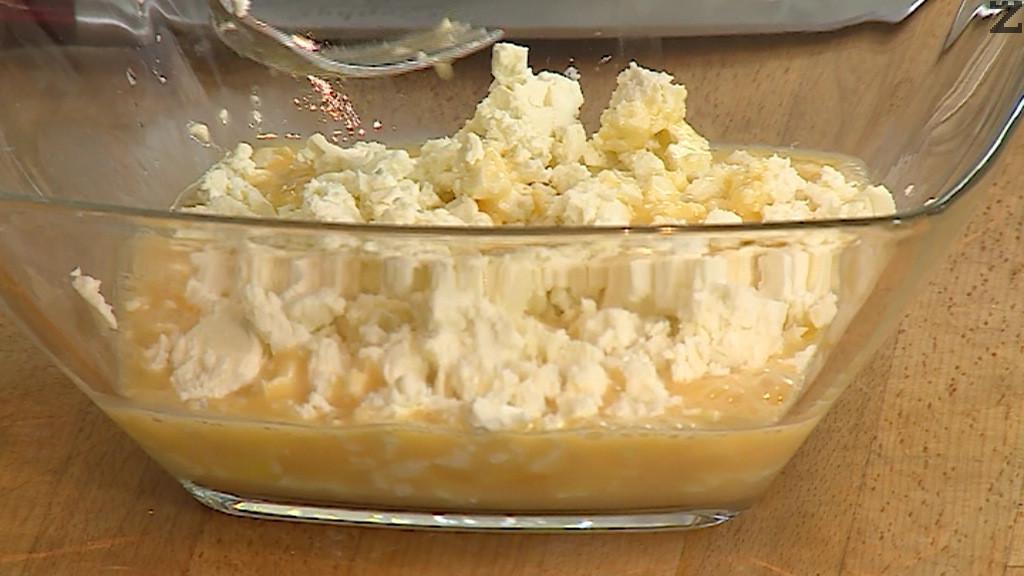 В купа се разбиват яйца слага се натрошено сирене и газирана вода.