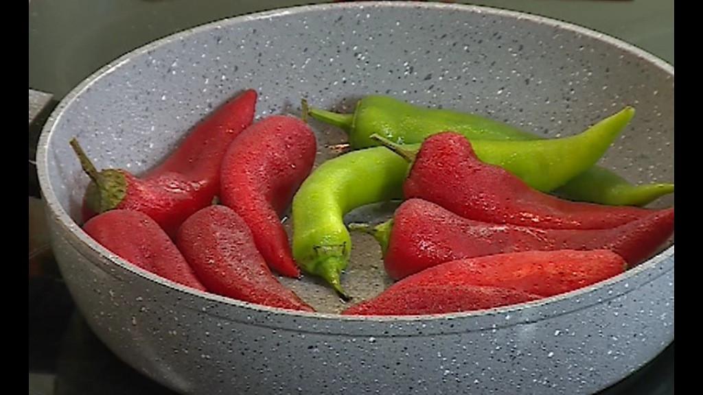 Загрява се олио и на умерен огън чушките се запържват за 5-6 минути под капак, като се обръщат един два пъти.