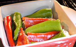 Поставят се в намаслена тава, поливат се с 2-3 с.л. олио и може да се поръсят с няколко щипки сол.