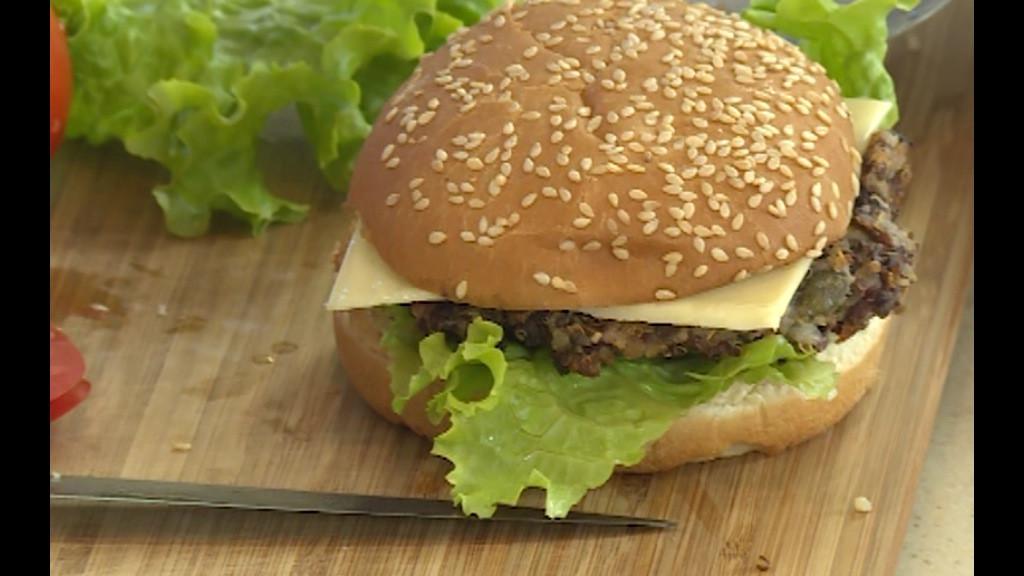 В основата на питката се слага резен топено сирене, бургер, резен домат, листо маруля и се покрива с капака на питката.
