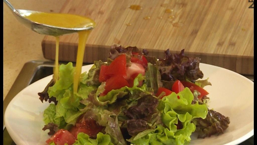 Зелените салати се накъсват , домата се реже на дребно, подправят се с дресинг.
