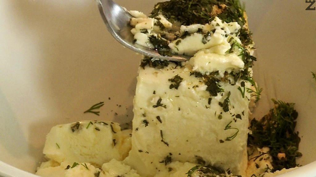 За топчетата, саламуреното сирене заедно с подправките се смачква като се добавя олио и крема сирене .