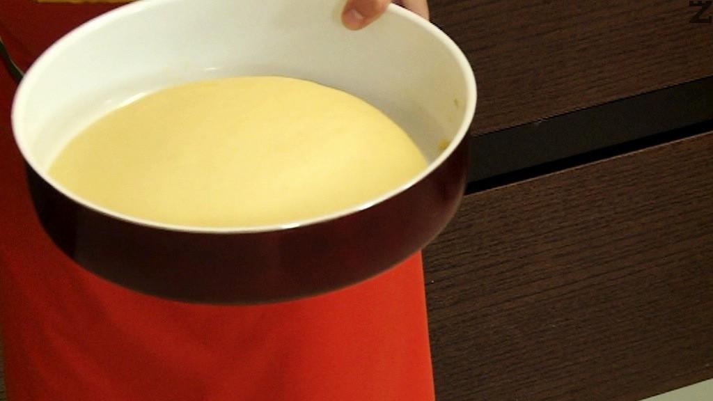 Омесва се тесто и за да не е лепкаво се използват още 3 с.л. олио Оставя се да втаса за 30 минути.
