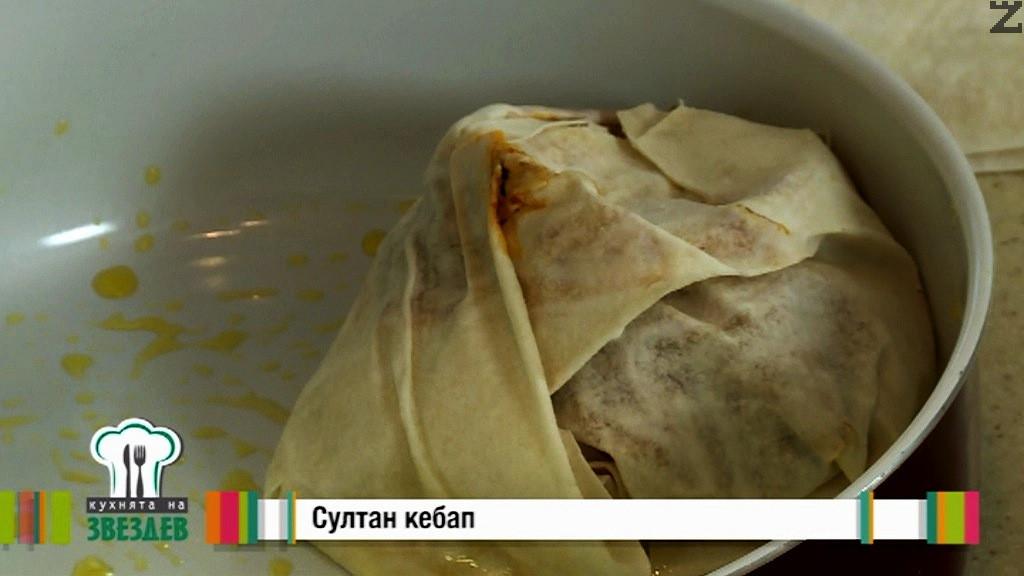 Приготвените порции кебап се слагат в тава за печене.