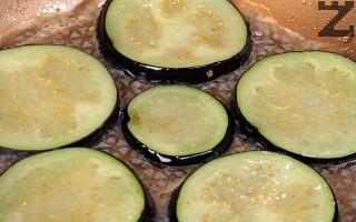 Патладжаните се режат на колелца, осоляват се и оставят в купа под наклон да се отцеди за 20-30 минути горчивият сок. След това се изплакват и подсушават. Запържват се по една минута от всяка страна в загрята мазнина. Изваждат се и оставят за кратко върху салфетка.