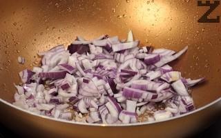 Лукът се нарязва на дребно и пържи в зехтин за минута. Чесънът се реже на дребно и слага при лука, след половин минута се добавя доматено пюре.