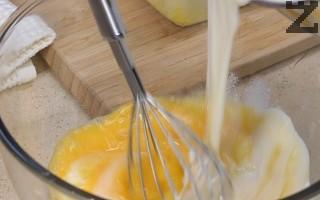 В купа се разбиват леко яйцата. Постепенно към тях се налива горещият сос, като не спира бъркането. Слага се половината настърган кашкавал.