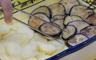 В тавата при наредените картофи се слагат патладжани и покриват с половината кайма.