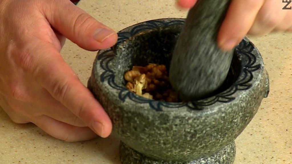 Орехите се счукват в хаванче или мелят.
