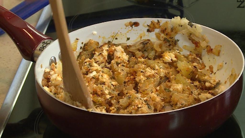 Лука се запържва докато стане златист, поръсва се с пипер, маха се от котлона и се слагат дребно нарязани картофи, червен пипер, сирене и се смачкват леко. Подправя се със зеленчукова подправка и чубрица.