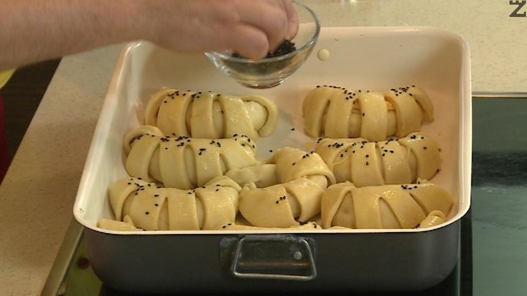 Пекат се на 180С в предварително затоплена фурна в ниската част до златисто за 25-30 минути.