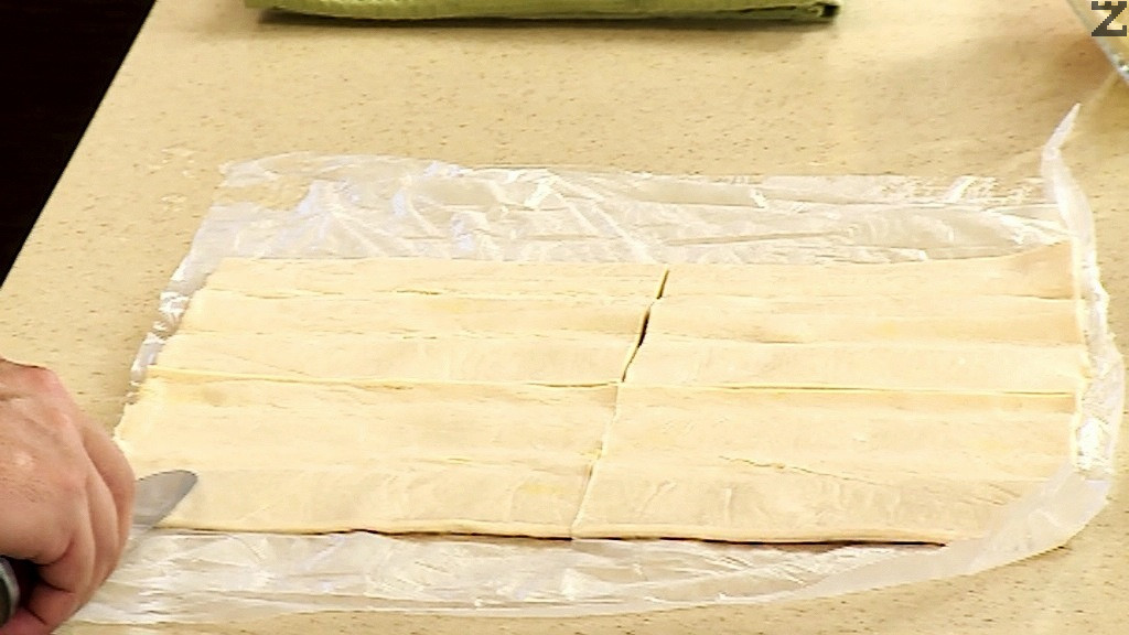 Лист от тестото се реже на правоъгълни парчета.