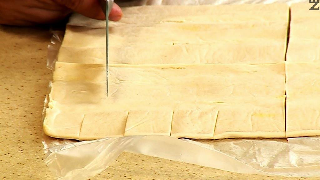 На всеки правоъгълник се правят с нож четири прореза от всяка широка страна.