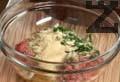 В купа омесваме кайма и ситно нарязан лук. Прибавяме яйце, чубрица и нарязан пресен магданоз. Поръсваме с галета и посоляваме.