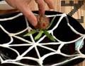 Нареждаме резените тиквичка като крачета и поднасяме.