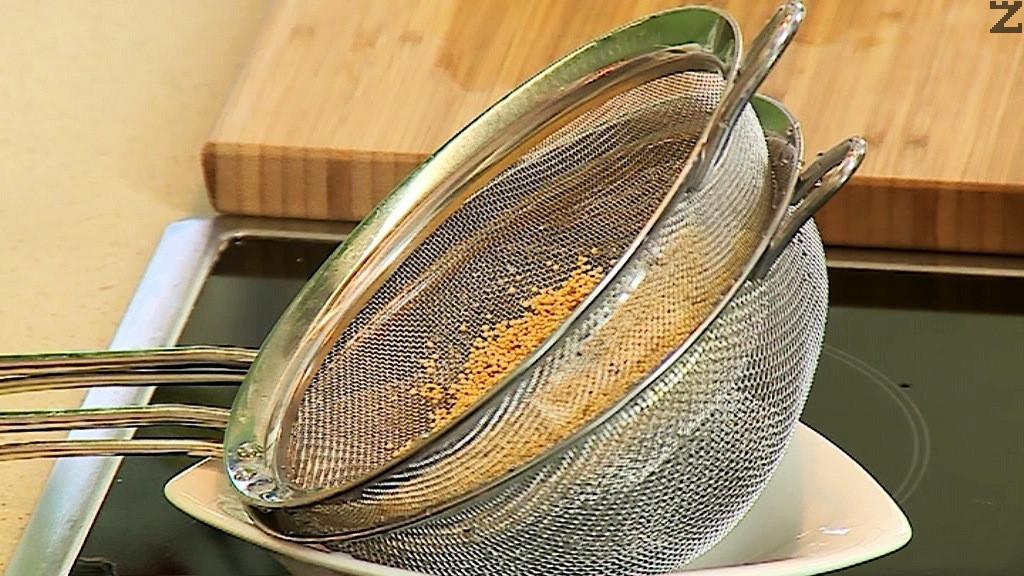 Амаранта се слага във фин гевгир и се измива много добре. Добавя се при зеленчуците.