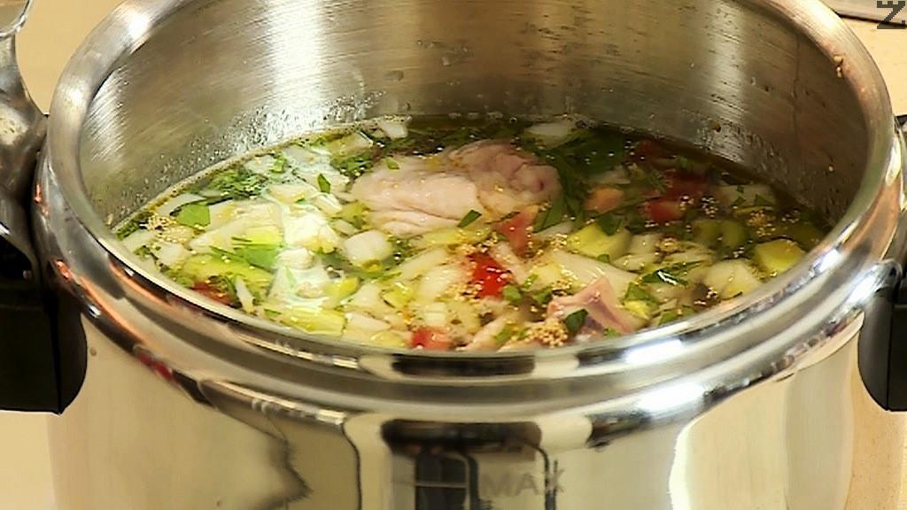 В олиото се слага моркова и се пържи за минута, добавя се лук и чушките, пилешкото месо с кости и дребно нарязани домати и целина. Заливат се със 2 л студена вода, посоляват се.