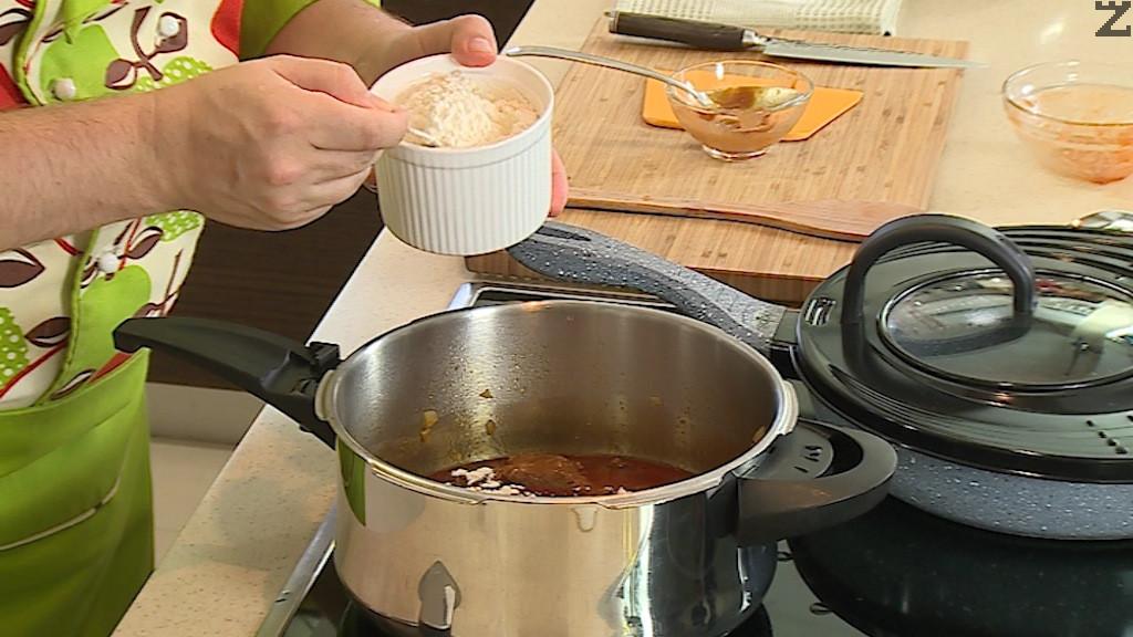 Затваря се тенджерата и след като налягането се повиши, месото се задушва 20 минути. Котлона се изключва и се изчаква да спадне налягането. Тогава се отваря тенджерата, слага се доматено пюре, брашно и домати, разбърква се хубаво и се слага зеления фасул нарязан на едри парчета.