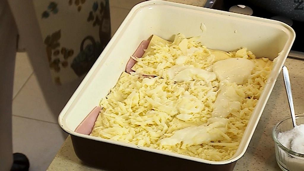 Слага се втори ред попарени кори, намазват се с малко сос и поръсват с половината кашкавал настърган на едро ренде.