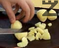 Нарязваме картофите на малки кубчета. Прибавяме ги в в теднжерата и посоляваме, наливаме олио. Готвим под капак за 20 минути.