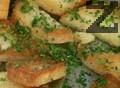 Нарязваме хляба на малки триъгълници, поръсваме с нарязан пресен магданоз и запържваме за кратко.