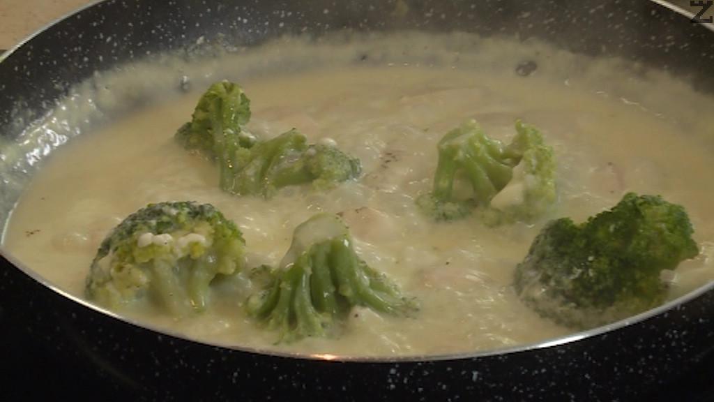 Ястието се задушава за 3 минути на тих огън и се поднася с варени макарони или ориз.